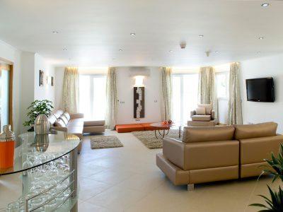 O salão na Villa Monte Cristo Too, Lagos, Algarve, Portugal