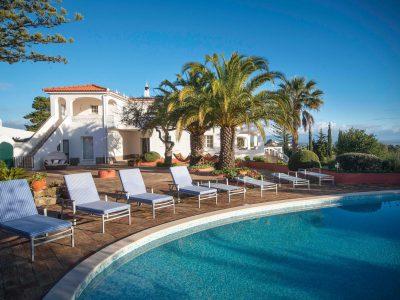 Vista das espreguiçadeiras e piscina na Villa Casa Monte Cristo Tres, Lagos, Algarve Portugal
