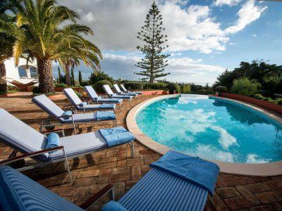 Poolside med solstolar på vår lyxvilla, Casa Monte Cristo Tres, Lagos, Algarve, Portugal