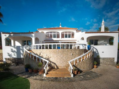 Framsidan av Villa Casa Monte Cristo Tres, Lyxvilla semester i Lagos, Algarve, Portugal från Casa Monte Cristo Collection