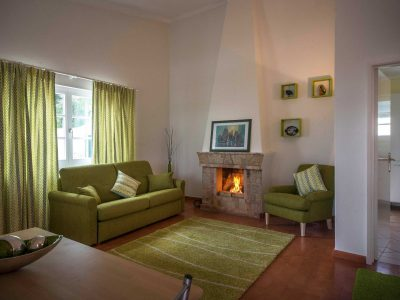 Área lounge com lareira na luxuosa Casa Monte Cristo, Lagos Algarve, Portugal,