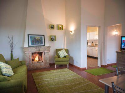 Lounge com lareira e TV para umas férias perfeitas de Inverno em Lagos, Algarve, Portugal