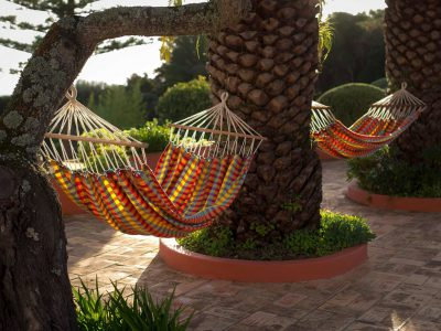 Hängmattor i trädgården på Villa Casa Monte Cristo Tres, lyxvilla i Lagos, Algarve, Portugal