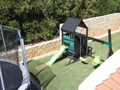 Trampolin och lek är för barn på Casa Monte Cristo lyxiga Algarve-lägenheter, Lagos, Algarve i Portugal