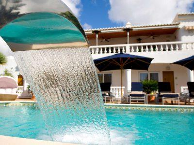 A água à beira da piscina nos apartamentos de luxo Case Monte Cristo, entre Lagos e Praia de Luz, Algarve, Portugal