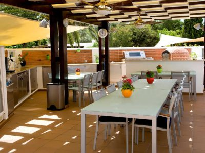 Cozinha exterior e zona de refeições nos apartamentos Casa Monte Cristo Luxo, Lagos Algarve, Portugal